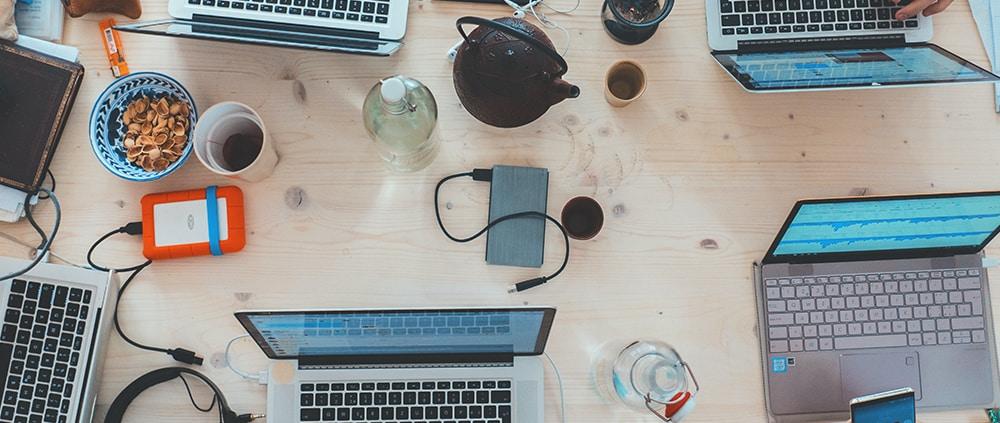 table de réunion avec ordinateur