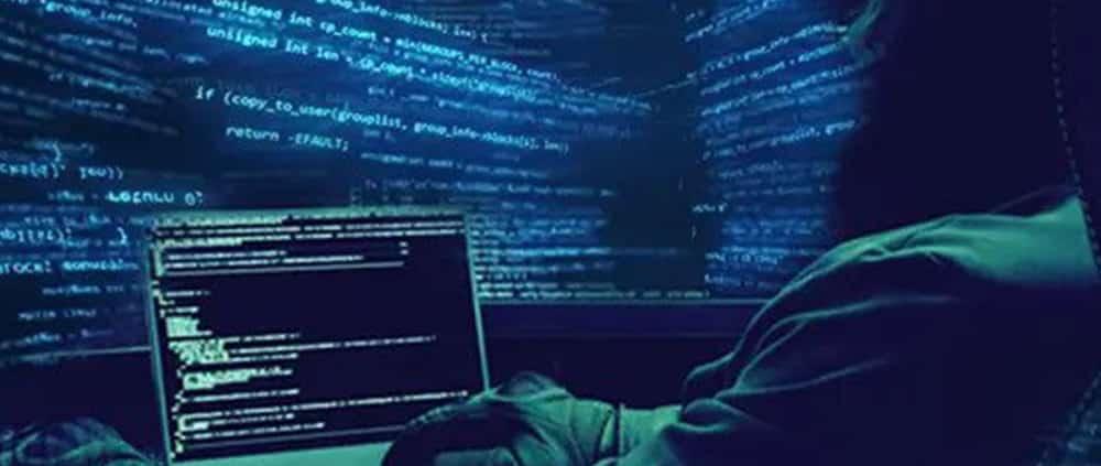 photo hacker visage caché et ordinateur avec codes