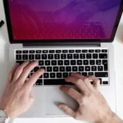 main qui tape sur un ordinateur