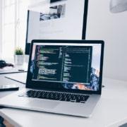 ordinateur ouvert avec lignes de code
