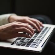femme qui tape sur un ordinateur