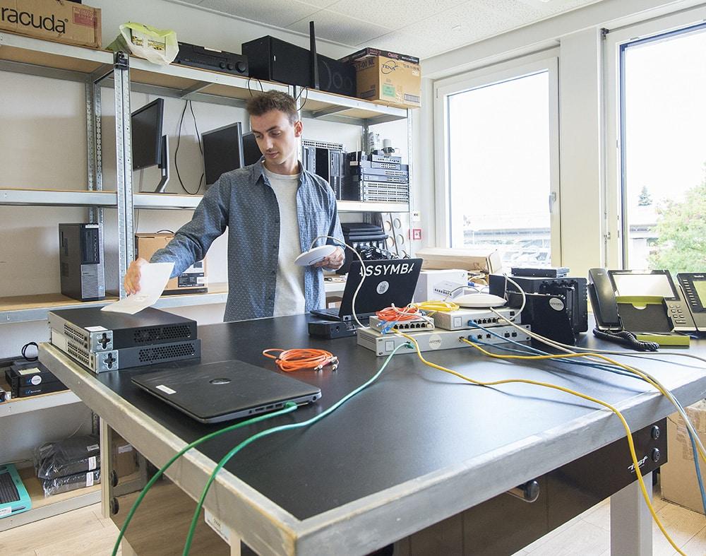 Un technicien entrain de vérifier le fonctionnement du modem wifi