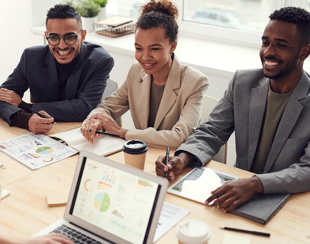 réunion équipe de jeunes gens souriant avec ordinateurs et tablette