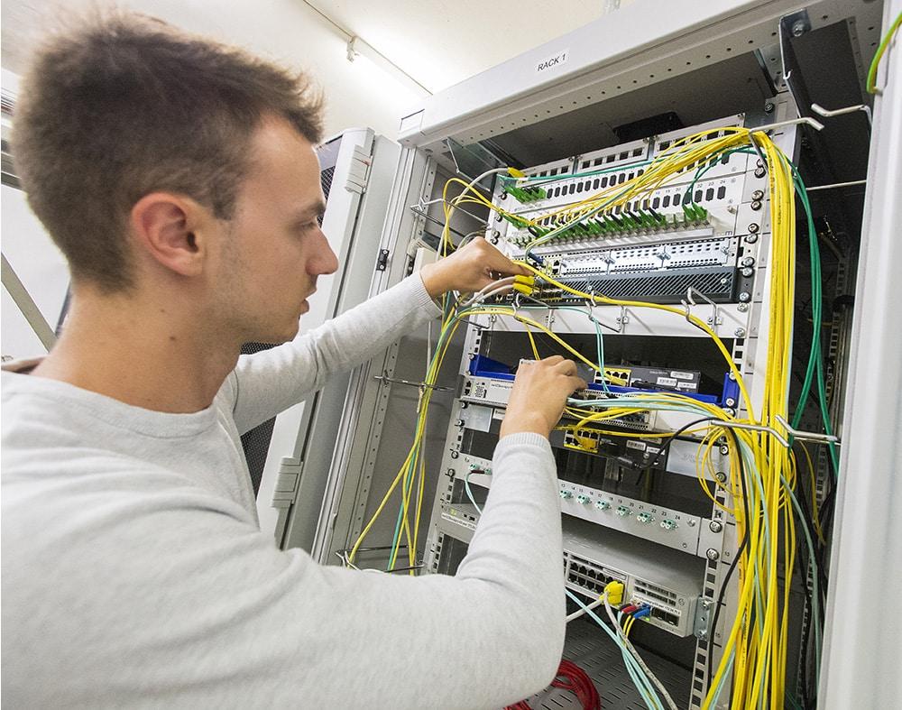 photo d'une armoire de brassage de câble réseau