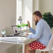 homme assis à un bureau en visioconference habillé avec une chemise et un boxer